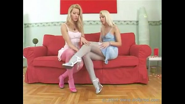 Teenager Lesbians Making Love To Their Feet!